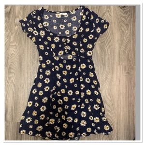 Cute spring daisy dress w cut out